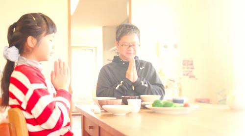 Bé Hana giờ 14 tuổi, vẫn đảm đang việc nhà như trước. Người mẹ vẫn sống mãi trong tim em và cha. Ảnh: Nextshark.