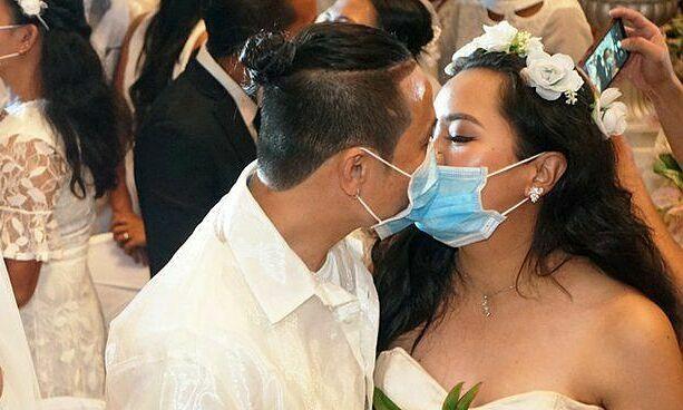 200 cặp đôi đeo khẩu trang làm lễ cưới - Đời sống