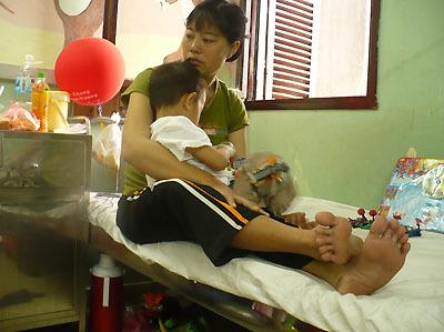 Ngồi chăm con trong bệnh viện Ảnh: MT.