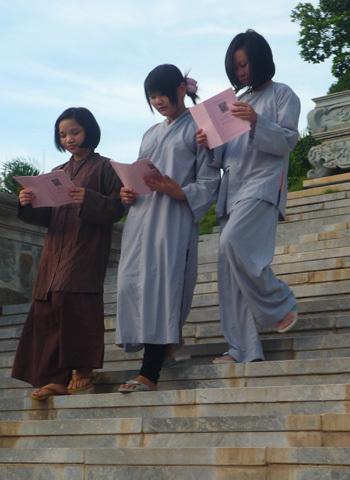 Các em tranh thủ đọc sách Phật trong giờ nghỉ. Ảnh: Hải Đăng
