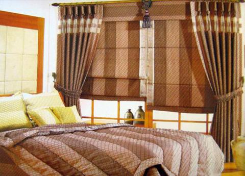 ở phòng ngủ thì rèm phải cản ánh sáng, tuỳ theo sở thích và nhu cầu, có thể chọn loại vải dày như màn nhung, màn hai lớp với lớp ngoài có phủ lớp bạc chắn sáng và lớp trong bằng vải màu dịu nhẹ.