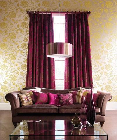 Với phòng khách, cần để ánh sáng lọt qua thì nên chọn loại vải mỏng  có tác dụng cản sáng nhẹ hoặc làm tăng sắc màu cho căn phòng khi ánh nắng xuyên qua hoa văn màu lá xanh, màu cam vàng rực rỡ của những hoa văn trên vải, tạo nên cảm giác tươi vui, phấn chấn cho mọi người mỗi khi bước vào phòng. Với những loại vải này, kính trở thành khung ánh sáng đẹp mắt.