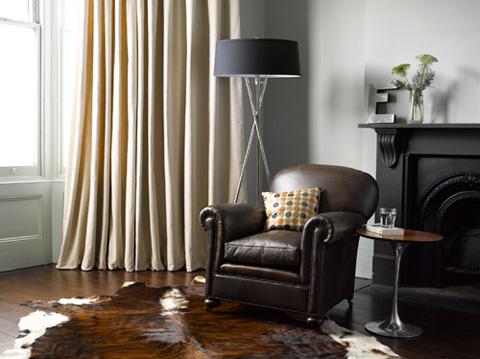 Với mục đích che nắng, cản sáng, nên chọn loại vải sậm màu, kết hợp một lớp màn mỏng và dày, hoặc dùng loại vải có chức năng cản sáng. Nếu như chỉ cần để che tầm nhìn bên ngoài, hoặc chỉ đơn giản là trang trí cho đẹp, nên chọn các loại vải mỏng màu trang nhã, các loại vải voan có hoạ tiết hoa văn đơn giản nhẹ nhàng...