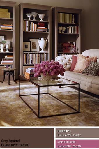căn phòng khách với bức tường màu xám nhẹ.