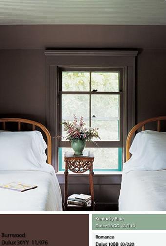 Một căn phòng ngủ dành cho khách, phủ sơn màu nâu xám mộc mạc