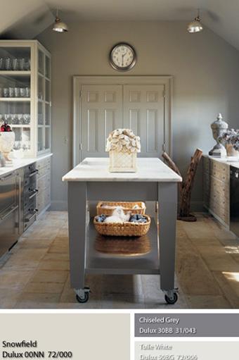 Màu sơn Dulux Snowfield dịu nhẹ đã được chọn cho căn phòng bếp trang nhã này.