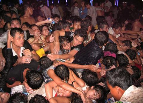 Giẫm đạp nhau kinh hoàng tại thảm họa ngày 22/11 ở lễ hội nước PhnomPenh khiến ít nhất 350 người chết. Ảnh: