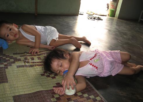 Các bé được gửi tại nhà bà Phụng (Bình Dương) ngủ dưới sàn nhà. Ảnh: Thi Ngoan