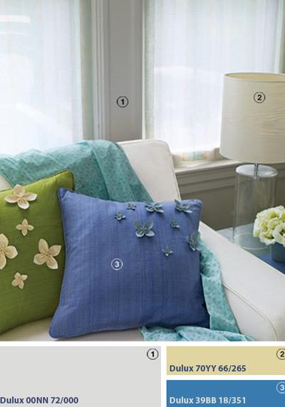 Gối đệm mua ở cửa hàng như thêm sắc xuân cho cuộc sống khi được điểm thêm những cánh hoa nhỏ thủ công bằng vải.