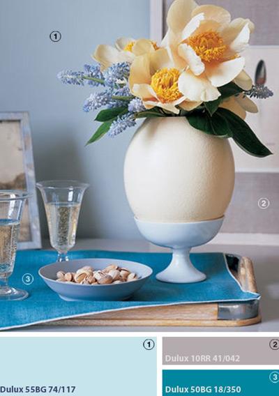 Một cái vỏ trứng đà điểu cắm đầy hoa bên trong khiến cho khách đến nhà phải ngạc nhiên thích thú với kiểu trung bày không khí mùa xuân mới mẻ này.