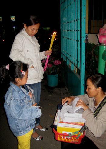 Mua lá tử vi trước cổng chùa