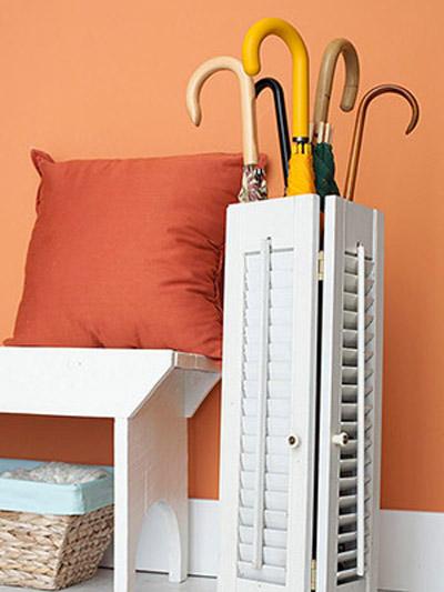 Cánh cửa chớp bằng gỗ nhỏ xinh này có thể biến thành tủ đựng ô trong phòng mà vẫn rất thẩm mỹ và style.