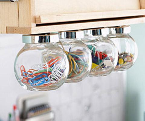 Nếu bạn muốn thay bóng điện thì những chiếc bóng cũ hình tròn tương tự thế này có thể tận dụng để làm các lọ đựng đồ dùng học tập cho các con. Bạn chỉ cần gắn chúng vào giá sách và bỏ các đồ cần dùng vào trong.