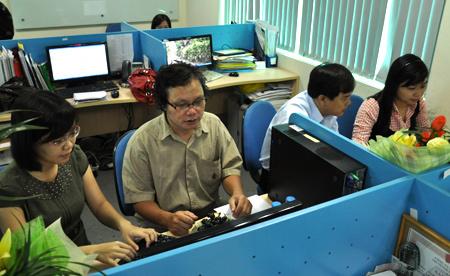 Các bác sĩ đang tư vấn trực tuyến tại tòa soạn VnExpress về phòng trị bệnh thủy đậu, sởi, quai bị và rubella. Ảnh: Thiên Chương