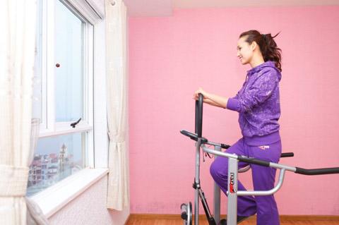 Phòng ngủ của hai vợ chồng Huyền được trang trí toàn màu tím từ gường, ga gối đến hoa, vật dụng trang trí. Cô diễn viên duyên dáng này cho rằng, màu tím thể hiện sự lãng mạn của những đôi uyên ương trẻ trung, sôi nổi.
