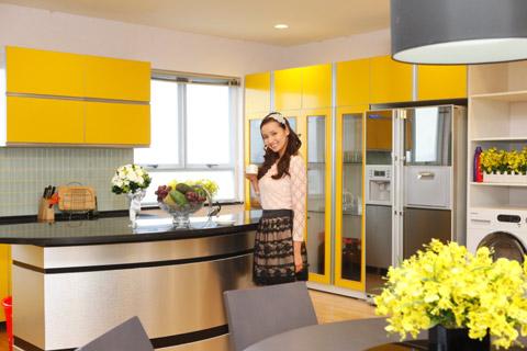 Ở phòng bếp, Lã Thị Huyền chọn tông màu vàng vì sắc màu này mang đến sự trẻ trung, ấm áp khi nấu nướng, tiếp bạn bè ăn uống. Ngoài ra, gam màu này theo phong thủy là kim nên phù hợp với tuổi của cô.