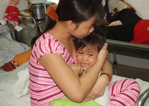 Cháu bé trường Hòa Bình sợ hãi khi cấp cứu tại bệnh viện vì uống nhầm hóa chất Cloramin B. Ảnh: Nguyệt Triều