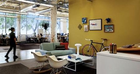 Văn phòng với thiết kế chủ yếu mang lại tính tương tác, kết nối cao, phản ánh đúng sứ mệnh của công ty, một trang mạng xã hội.