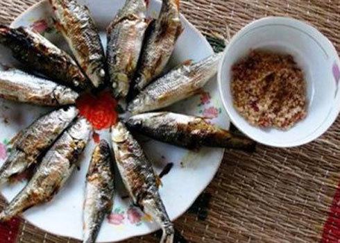 Cá niên chấm muối ớt cay nồng, mang hương vị đặc trưng chốn núi rừng.