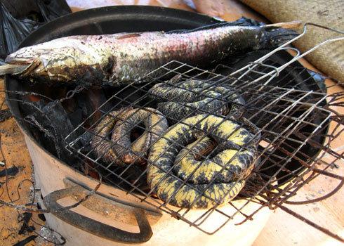 Rắn trun kẹp tre hoặc quấn khoanh đặt trên lửa nướng là món ăn thời khẩn hoang Nam bộ xa xưa. Ảnh: Hoàng Thám