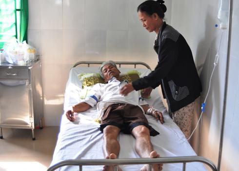 Bệnh nhân Quốc được người nhà chuyển từ bệnh viện đa khoa Bình Phước đến bệnh viện tư Thánh Tâm để điều trị. Ảnh: Thái Tâm