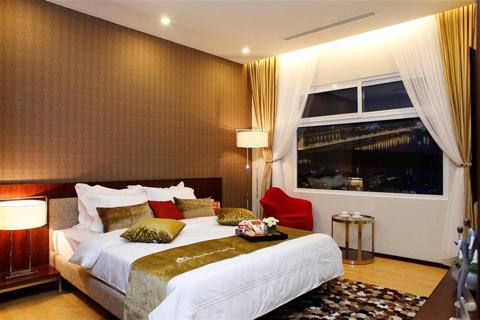 Đặc biệt, các căn hộ Hoa Binh Green City có phòng ngủ được thiết kế rộng rãi với 2 không gian riêng biệt dành cho giường ngủ và khu thay đồ, được ngăn cách thông qua hệ thống tủ quần áo âm tường. Đây là một trong những phần thiết kế theo phong cách Nhật Bản, tối ưu hóa được cả không gian và công năng sử dụng trong phòng ngủ, giúp tạo thêm những giá trị gia tăng cho người sử dụng.