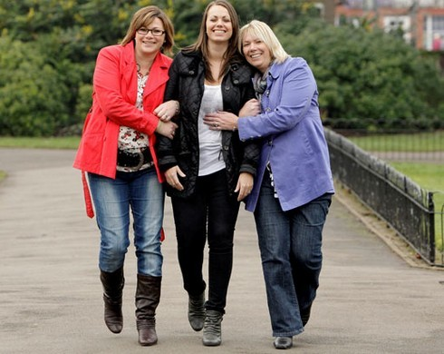 Ba chị em gái đều tình nguyện cắt bỏ bộ ngực và tử cung để tránh lặp lại bi kịch của người mẹ. Ảnh: The Sun.