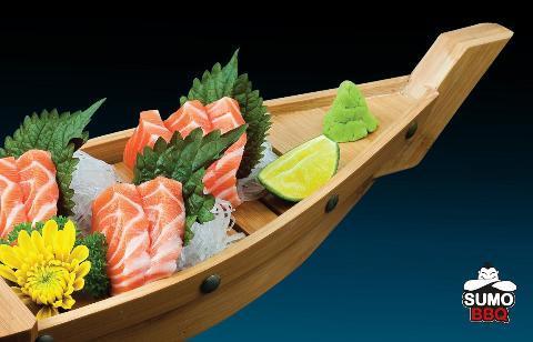 Thuyền Sashimi cá hồi tại SumoBBQ: 80.000 đồng một thuyền.