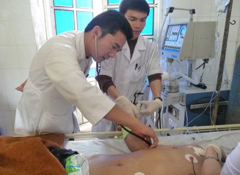 Những bác sĩ giỏi và máy móc hiện đại nhất được huy động để cứu sống bệnh nhân Tuấn nhưng gia đình bệnh nhân đang tính đến nước xin đưa chồng về quê vì quá nghèo. Ảnh: Đ.N