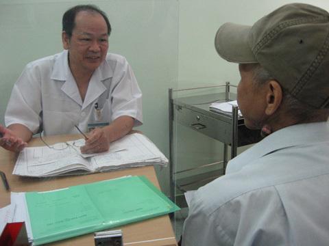 BS Vũ Văn Vũ đang khám cho bệnh nhân.