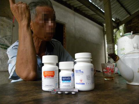 Một bệnh nhân HIV tại ấp Ngãi Đăng. Ảnh: Trúc Giang.