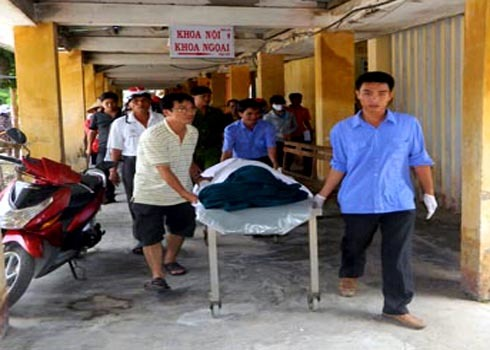 Gia đình đưa thi thể sản phụ Huỳnh thị Thanh Tùng sau khi bị tai biến sản khoa ở Bệnh viện huyện Mộ Đức về nhà an táng. Ảnh: Trí Tín.