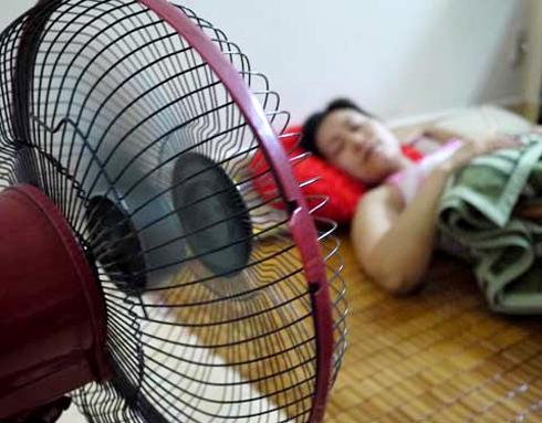 Dùng quạt điện cả đêm khi ngủ gây ra hàng loạt vấn đề sức khỏe. Ảnh: LM.