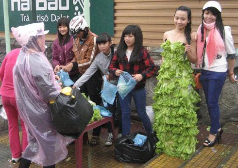 Nhiều người nhận quà tặng là rau xanh từ nhóm kêu gọi ăn chay. Ảnh: Quốc Dũng.