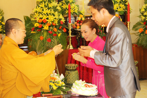 Nghi thức lễ cưới trang trọng được tổ chức nơi cửa Phật. Ảnh: TT.