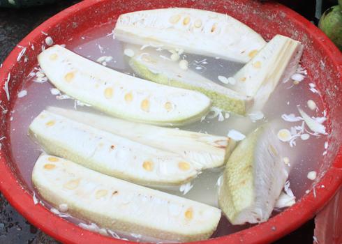Mít non là một nguyên liệu quen thuộc trong bữa ăn của người xứ Quảng. Người dân thường dùng mít non để nấu canh hoặc kho cá, bóp gỏi.