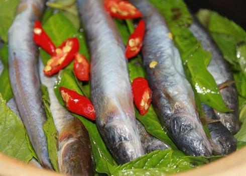 Món ăn đơn giản với rau răm và cá kèo nhưng rất ngon miệng. Ảnh: Ngoisao.