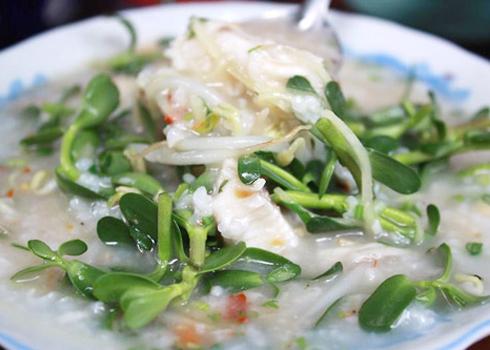 Cháo cá lóc là một món ăn ngon miệng, rất tốt cho sức khỏe, thích hợp trong những ngày mưa. Ảnh: Minh Thư.