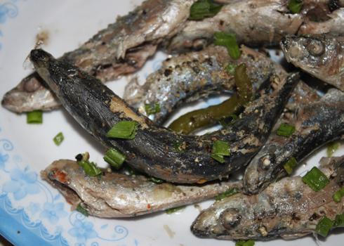 Người dân ở đây thường chọn loại cá nục to bằng ngón tay người lớn để chế biến món ăn này. Ảnh: Khánh Hòa.