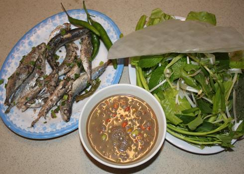 Cá nục hấp cuốn bánh tráng là món ăn dân dã, bình dị của người dân ven biển miền Trung. Ảnh: Khánh Hòa.