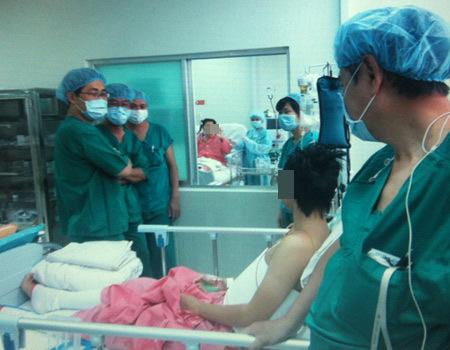 Hai mẹ con được bác sĩ cho nhìn nhau sau khi mổ. Ảnh: Bệnh viện cung cấp