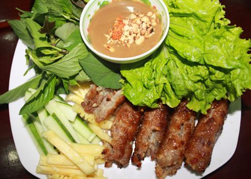 Không có vị chua của nem nướng Hà Nội hay vị cay của nem nướng miền Trung, nem nướng miền Tây có vị ngọt rất đặc trưng. Ảnh: N.S.