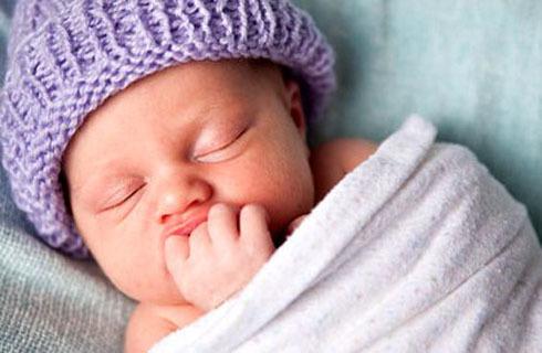 Quấn khăn đúng cách giúp trẻ ngủ ngon hơn. Ảnh: