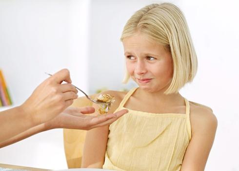 Việc trẻ ngậm thức ăn không chịu nuốt đã trở thành nỗi lo của không ít bà mẹ. Ảnh minh họa: lamsao.com