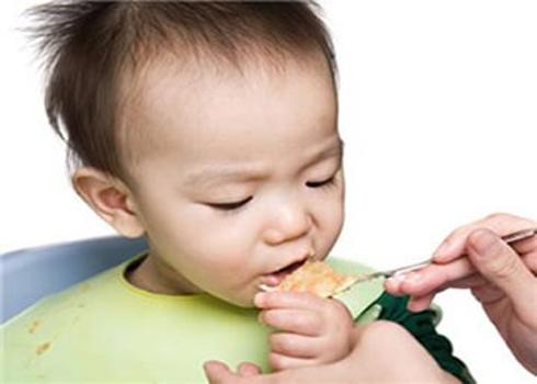 Cha mẹ không nên đút thìa quá đầy thức ăn cho bé - Ảnh: Mevabe