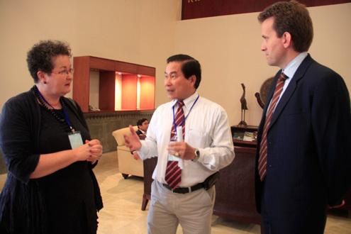 Các chuyên gia trao đổi tại hội nghị. Ảnh: Nguyễn Đông