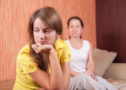 Hãy lắng nghe và thông cảm khi trò chuyện với con - Ảnh: Sheknows
