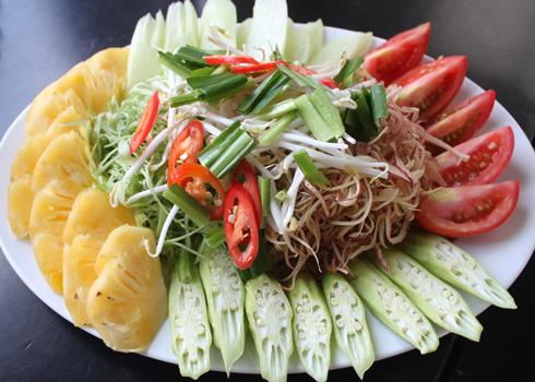 Các loại rau ăn kèm rất quen thuộc như: đậu bắp, dứa, cà chua, bạc hà.... được thái thành từng miếng vừa ăn. Ảnh: Khánh Hòa.