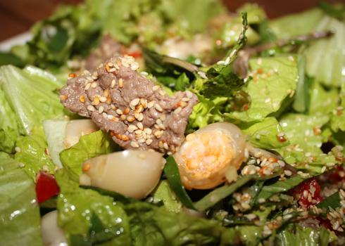 Thịt bò thái lát mỏng, cà pháo và các loại rau đều được thái vừa ăn. Ảnh: Khánh Hòa.