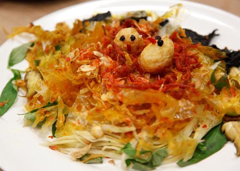 Bánh tráng trộn là món ăn đường phố rất nổi tiếng ở Sài Gòn.